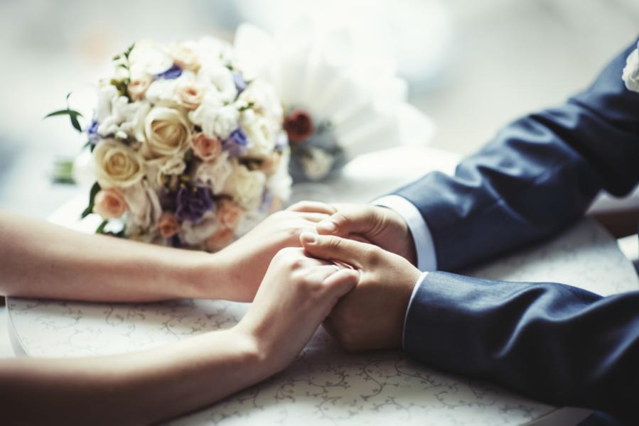 Eine Gravur macht die Eheringe für das Brautpaar zu etwas ganz Besonderem.